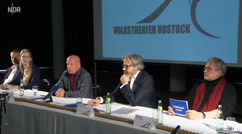 Rechts im Bild: Karl Huck von der Seebühne Hiddensee bei der Pressekonferenz am 31.03.2014 in Rostock / Neue Gesichter am Volkstheater Rostock / Nordmagazin - 31.03.2014 19:30 Uhr (Foto: NDR / Screenshot Mediathek)